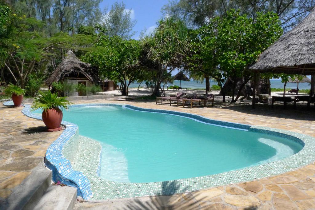 Swimmingpool der Bahari View Lodge auf Sansibar | Abendsonne Afrika