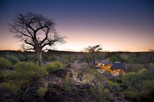 Blick auf das Baobab Hill Bush House in Südafrika | Abendsonne Afrika