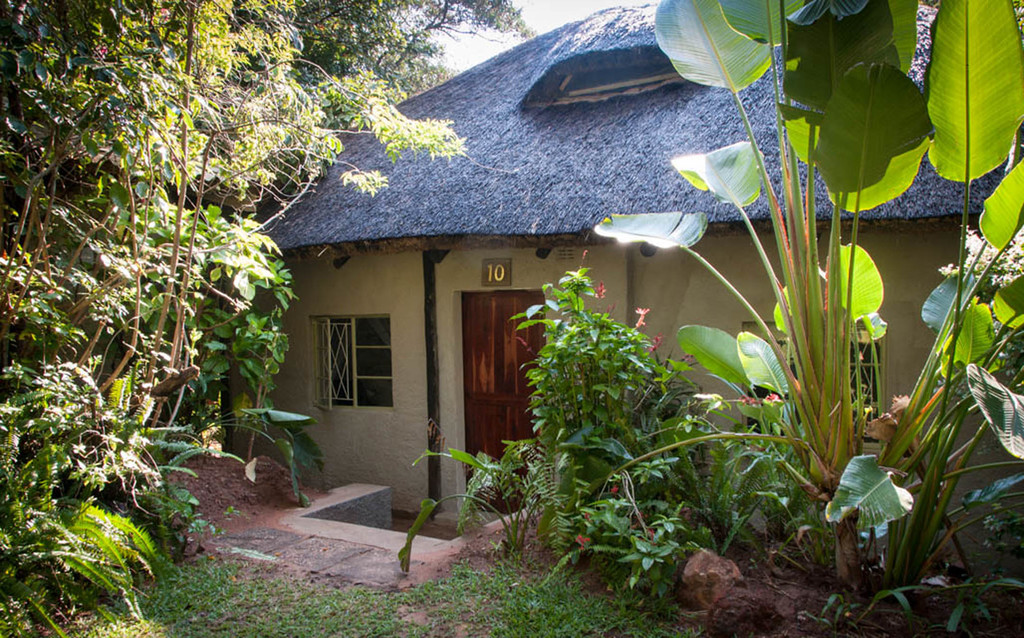 Garten der Bayete Guest Lodge in Simbabwe   Abendsonne Afrika