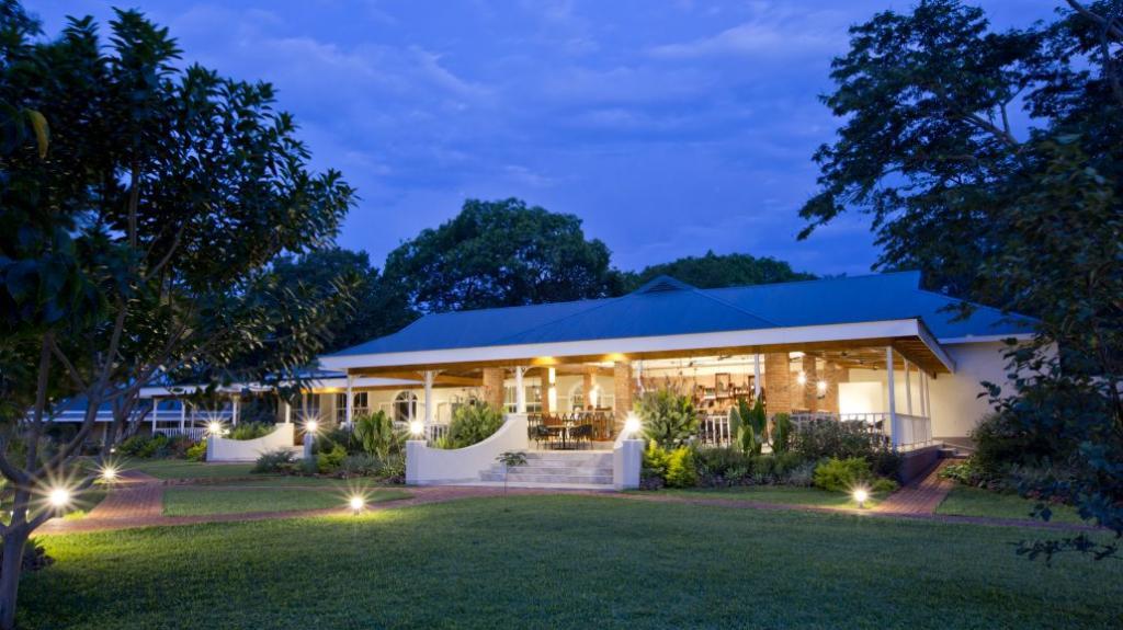 Blick auf die Pioneers Lodge, Victoria Falls, Simbabwe | Abendsonne Afrika