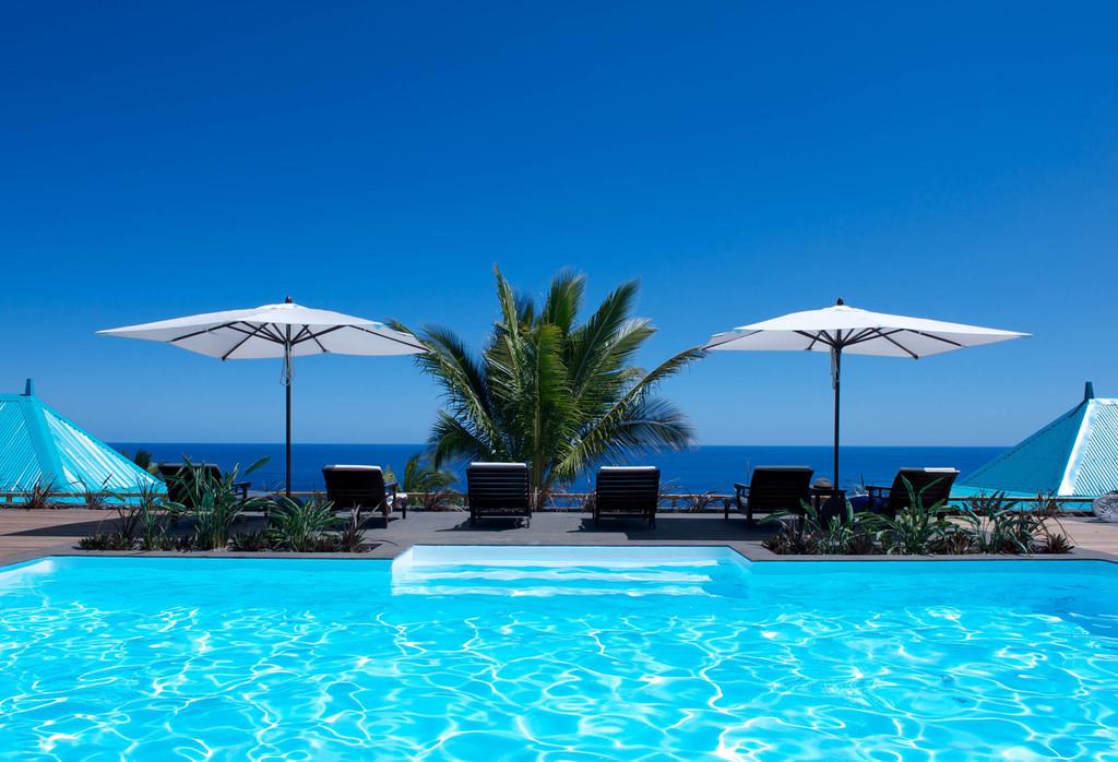 Poolbereich mit Aussicht im Blue Margouillat auf La Réunion   Abendsonne Afrika