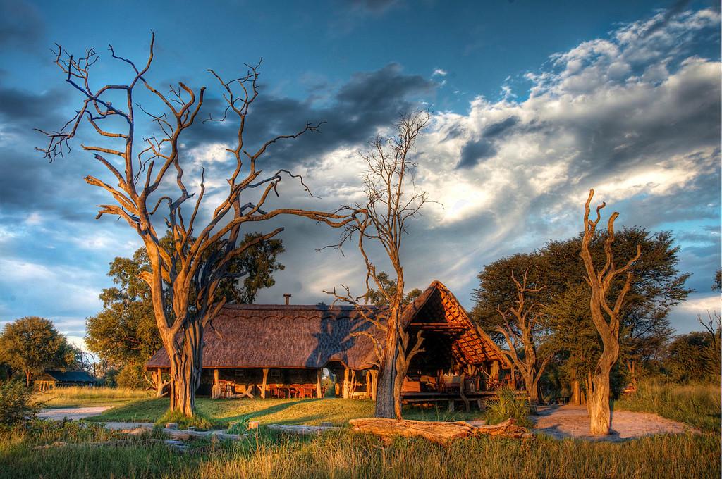 Hauptlodge der Bomani Tented Lodge in Simbabwe   Abendsonne Afrika