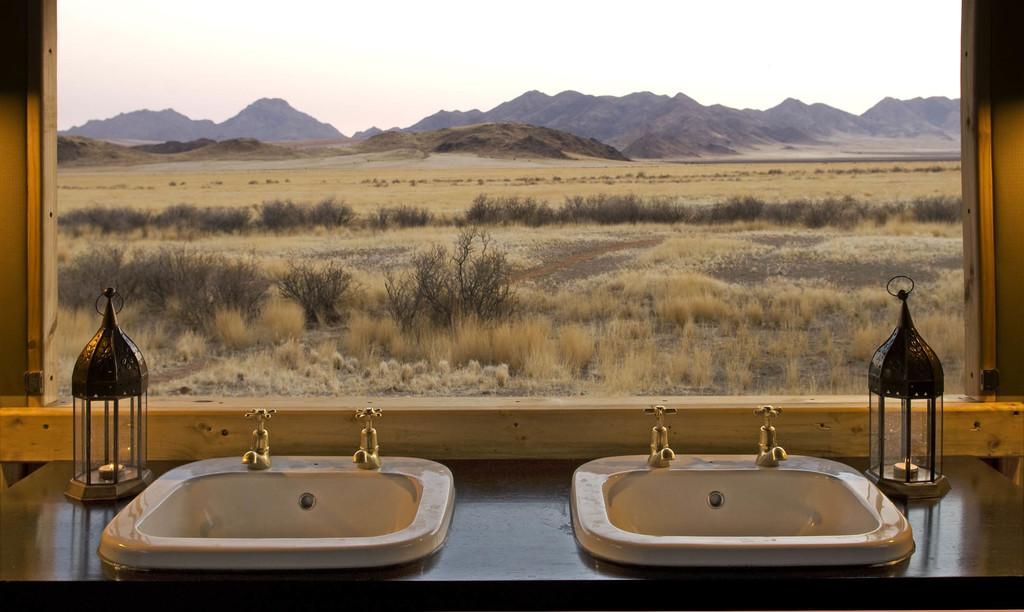 Ausblick vom Badezimmer eines Zeltchalets im Boulders Safari Camp in Namibia | Abendsonne Afrika