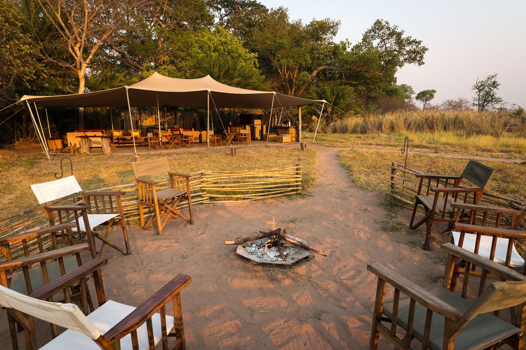 Offene Feuerstelle im Busanga Bush Camp in Sambia | Abendsonne Afrika