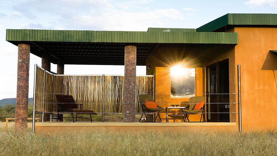Veranda des Okonjima Plains Camp in Namibia | Abendsonne Afrika