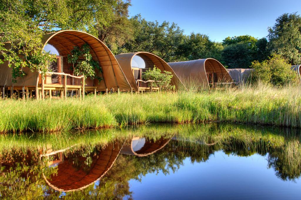 Gästechalets des Camp Okuti in Botswana | Abendsonne Afrika