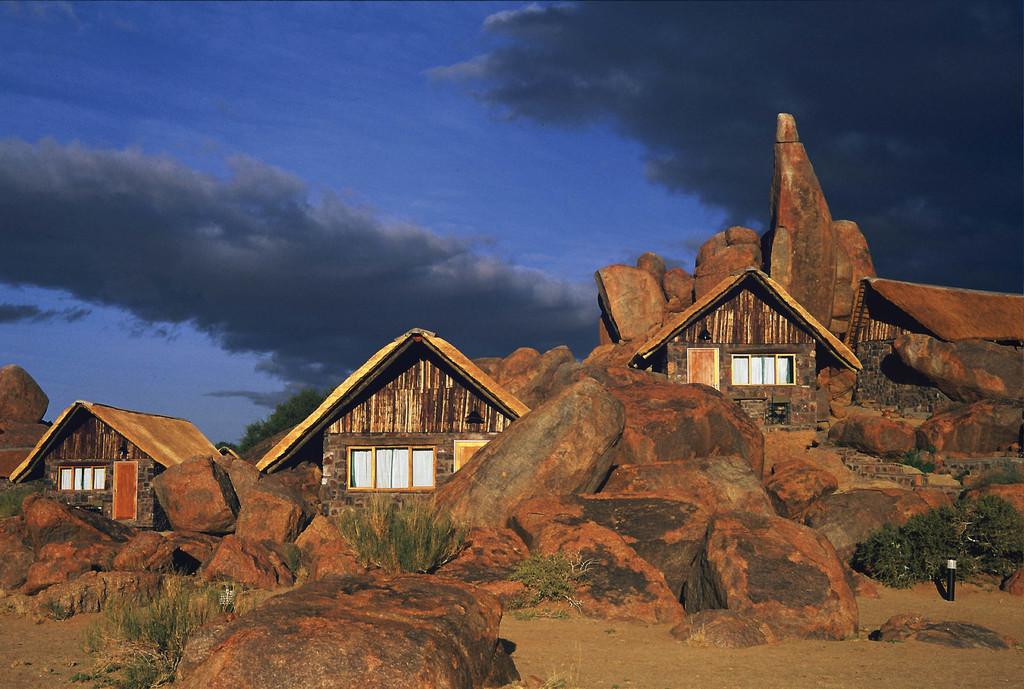 Chalets der Canyon Lodge im Fish River Canyon in Namibia   Abendsonne Afrika