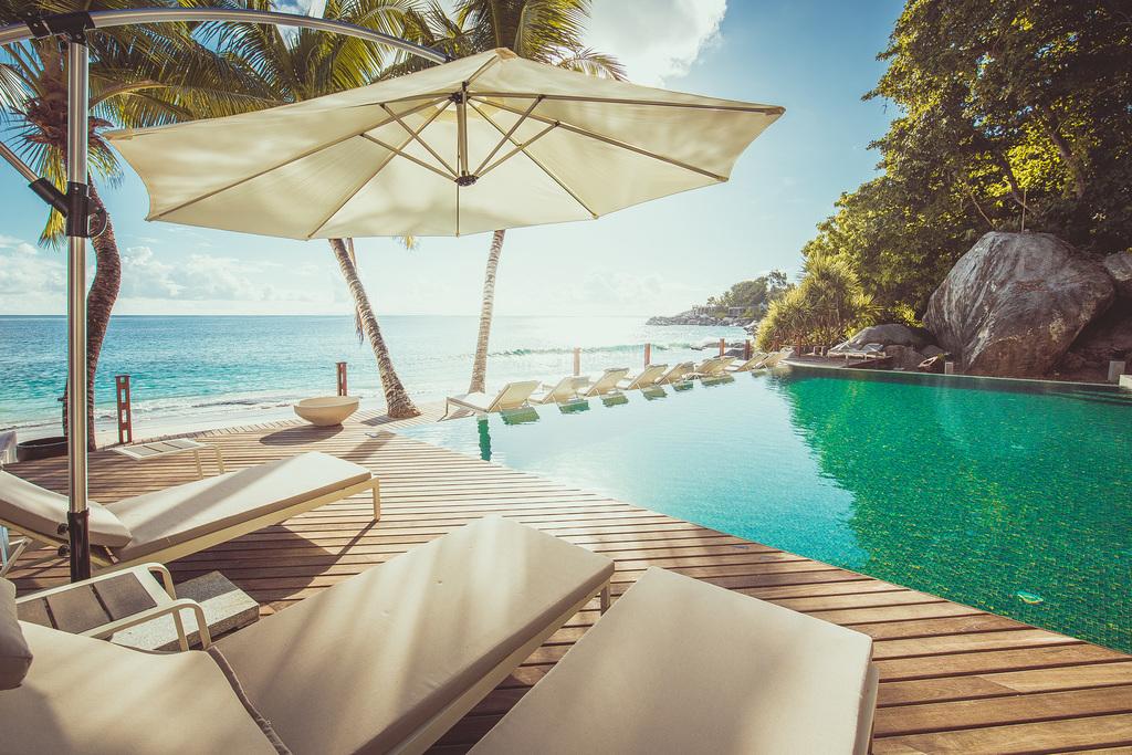 Pool des Carana Beach Hotel auf den Seychellen | Abendsonne Afrika