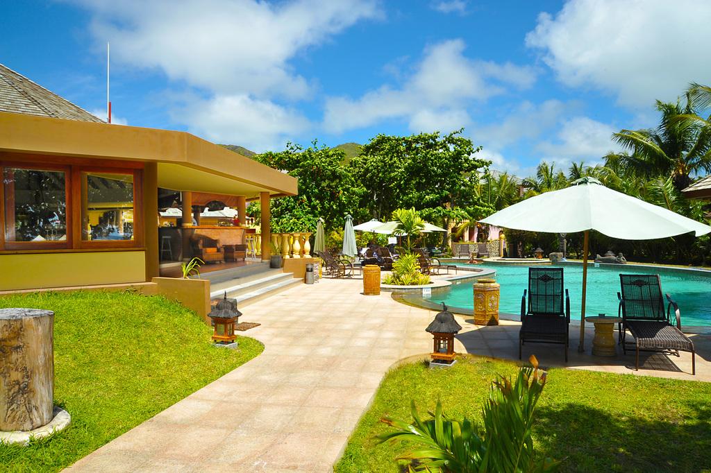 Poolanlage des Castello Beach Hotels auf den Seychellen | Abendsonne Afrika