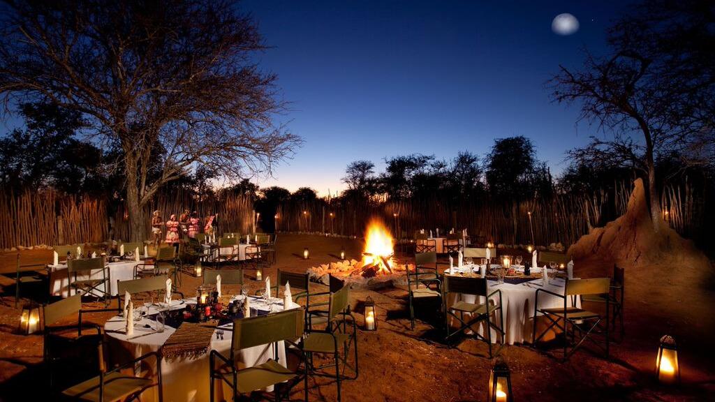 Boma Dinner in der Mokuti Etosha Lodge in Namibia | Abendsonne Afrika