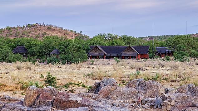 Haupthaus der Hobatere Lodge in Namibia | Abendsonne Afrika