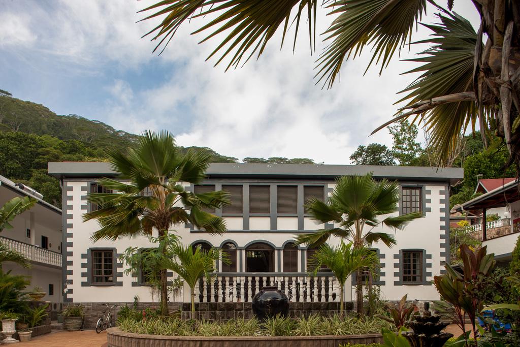 Gebäude des Chateau St. Cloud auf den Seychellen   Abendsonne Afrika
