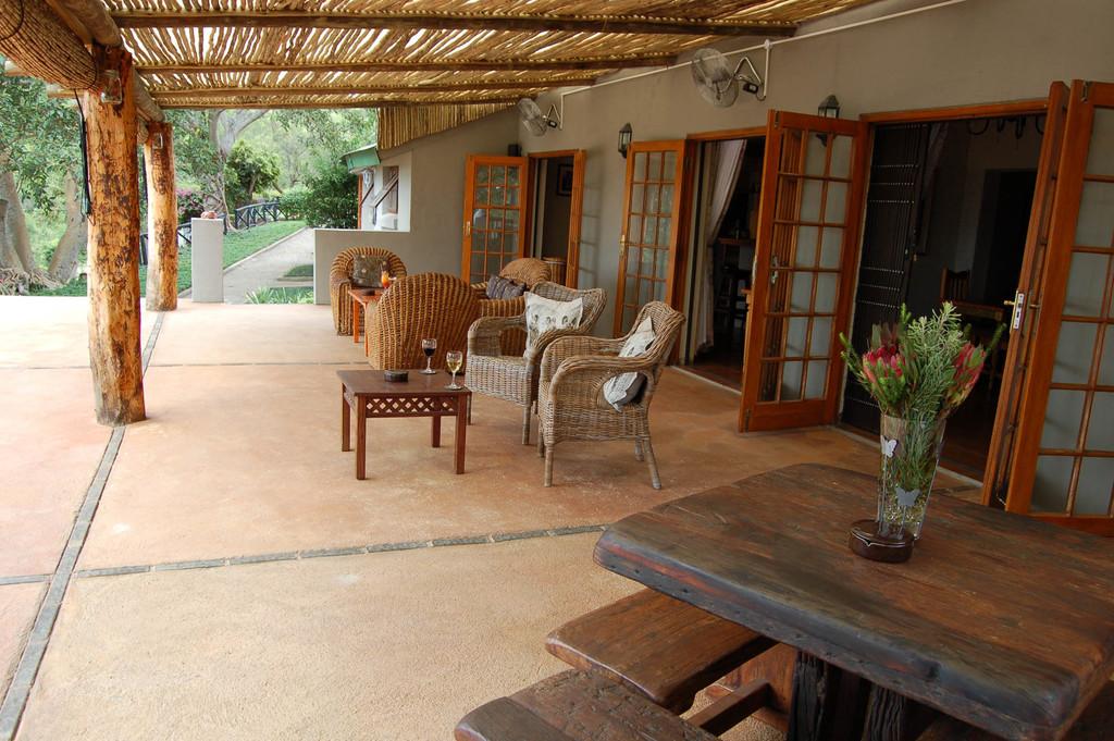 Terrasse der Chestnut Country Lodge in Südafrika | Abendsonne Afrika