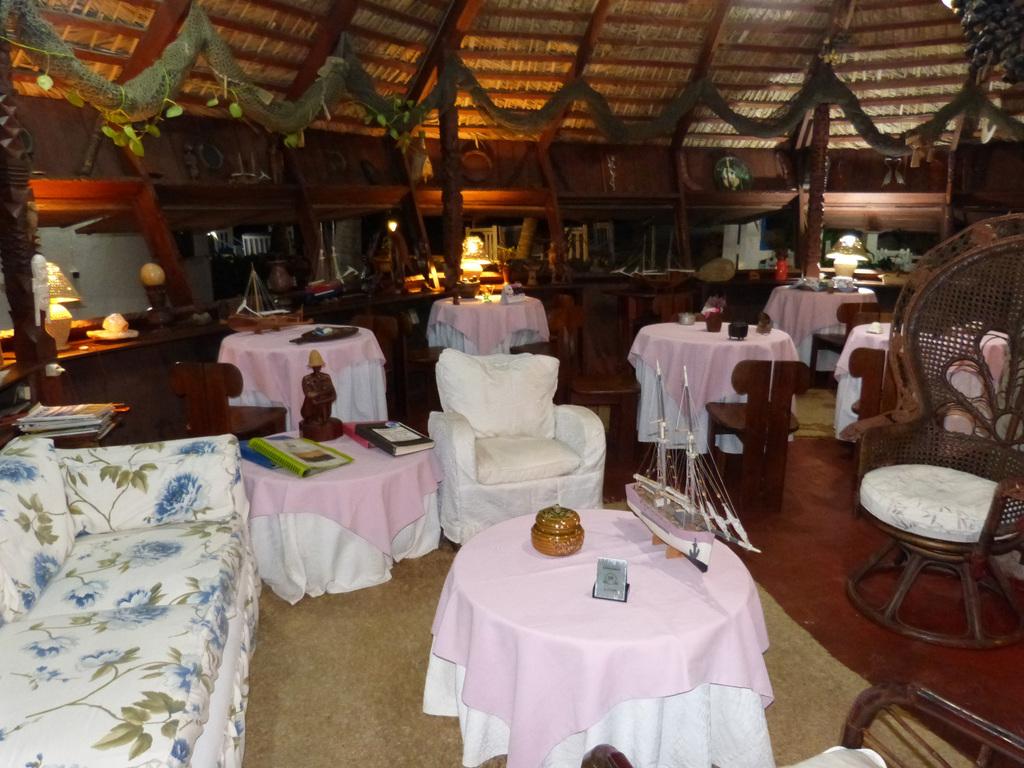 Lounge der Chez Maggie Lodge auf Madagaskar | Abendsonne Afrika