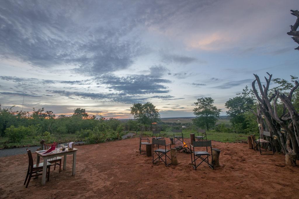 Feuerstelle im Chobe Elephant Camp in Botswana   Abendsonne Afrika