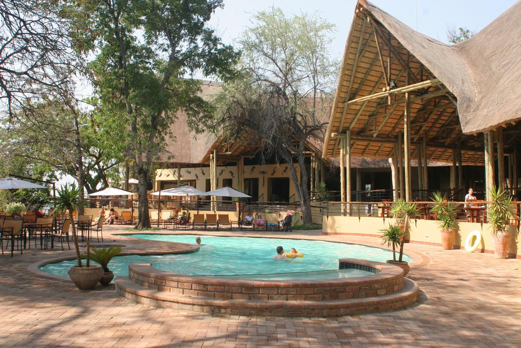 Poolbereich der Chobe Safari Lodge in Botswana | Abendsonne Afrika