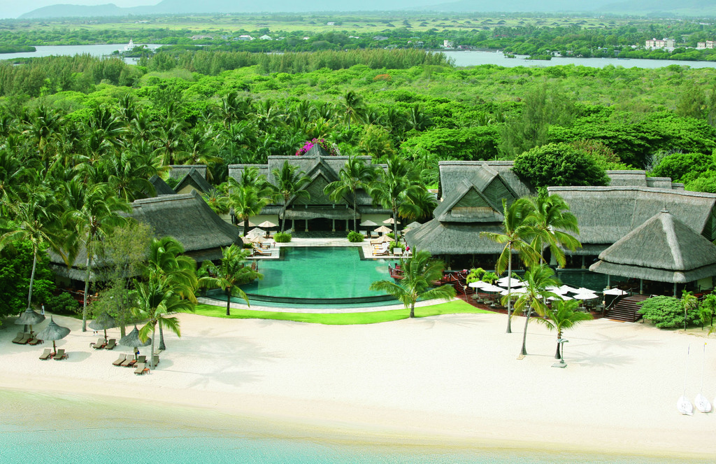 Blick von oben auf das Constance Le Prince Maurice Resort auf Mauritius   Abendsonne Afrika