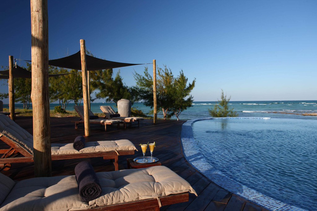 Pool der Coral Lodge in Mosambik | Abendsonne Afrika