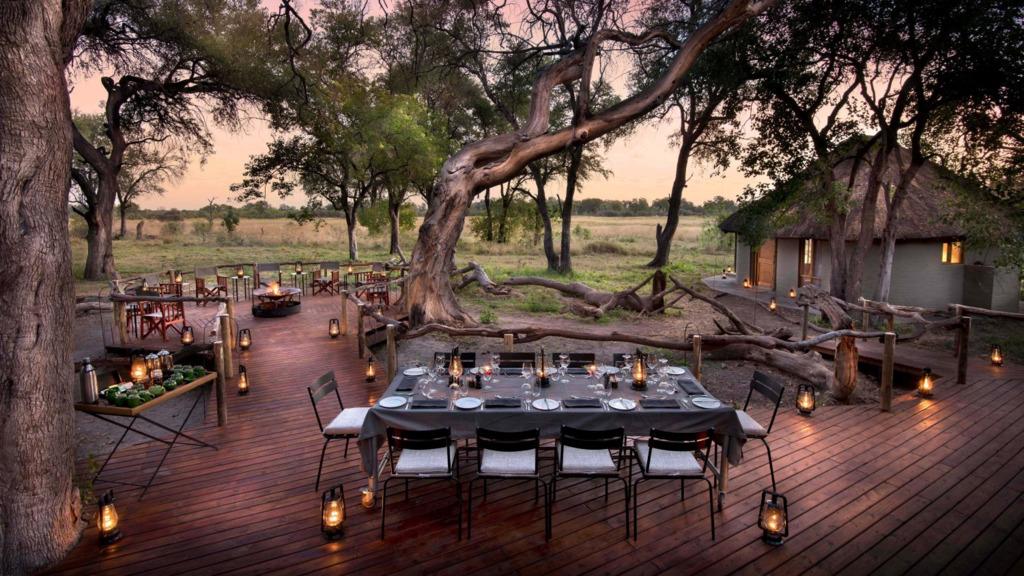 Deck mit Feuerstelle im Khwai Bush Camp in Botswana | Abendsonne Afrika