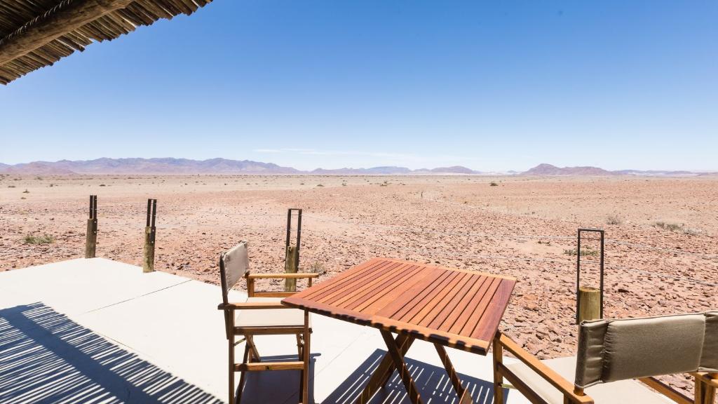 Blick vom The Elegant Desert ECO Camp in Namibia | Abendsonne Afrika