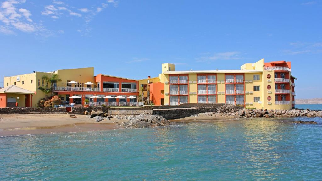 Blick auf das Lüderitz Nest Hotel in Namibia | Abendsonne Afrika