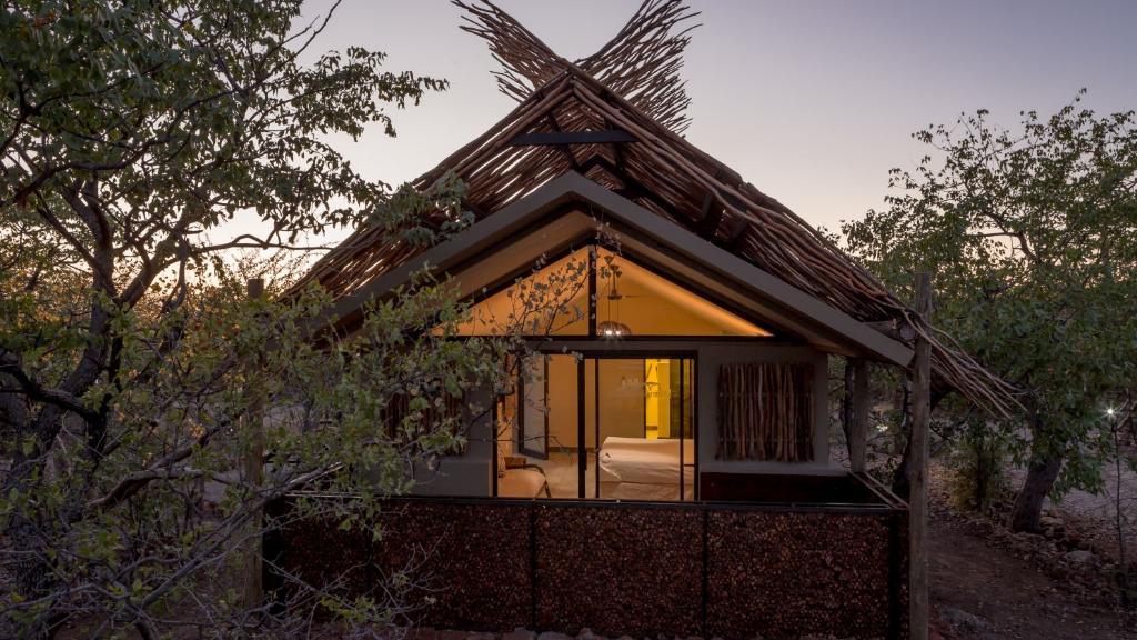 Chalet im Etosha Village in Namibia | Abendsonne Afrika