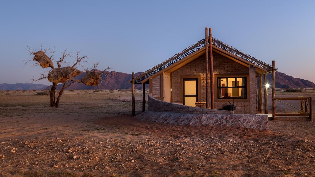 Chalet im Sosussvlei Desert Camp in Namibia   Abendsonne Afrika