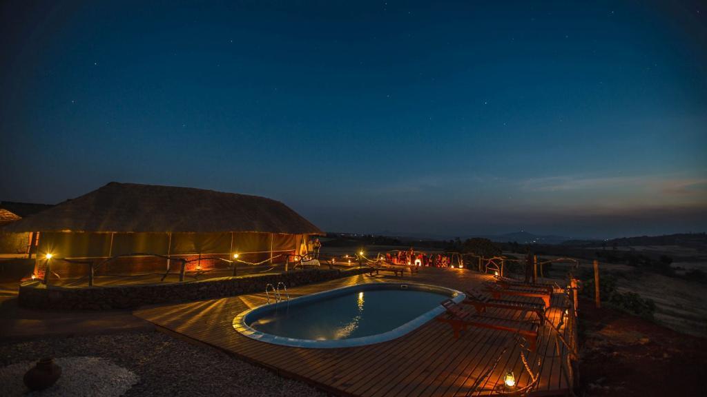 Nachts in der Karatu Simba Lodge in Tansania | Abendsonne Afrika