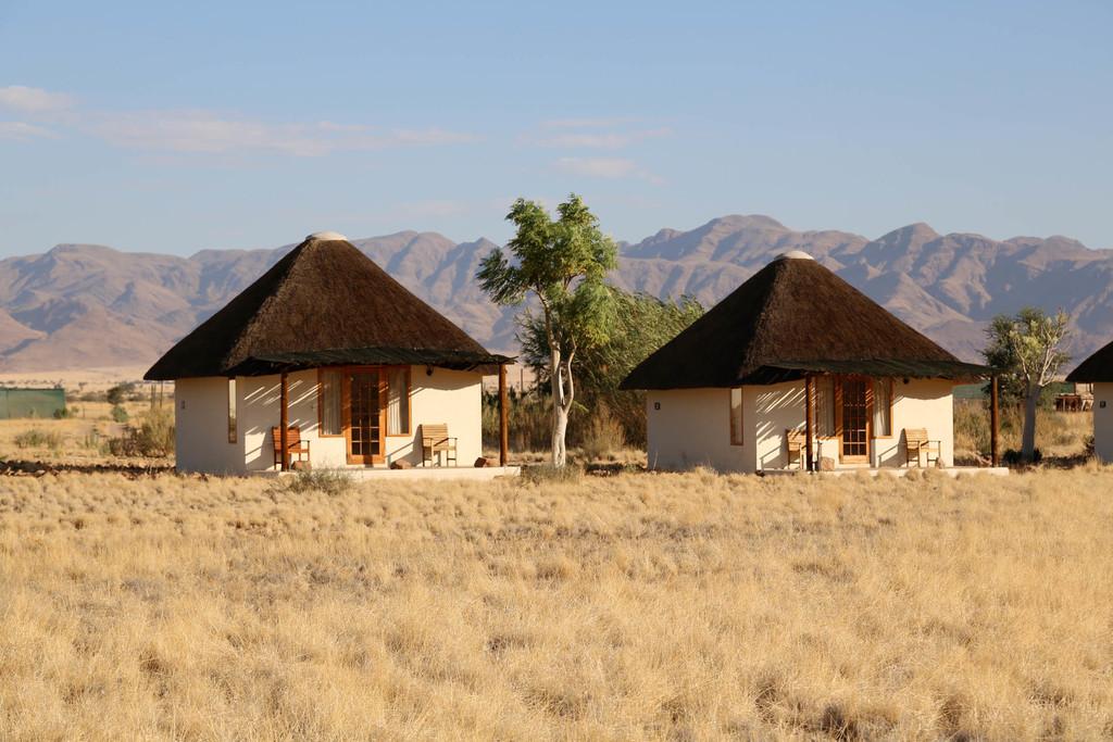Außenansicht der Chalets im Desert Homestead in Namibia | Abendsonne Afrika