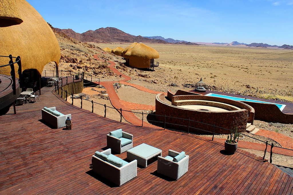 Blick auf den Pool des Desert Hills in Namibia | Abendsonne Afrika