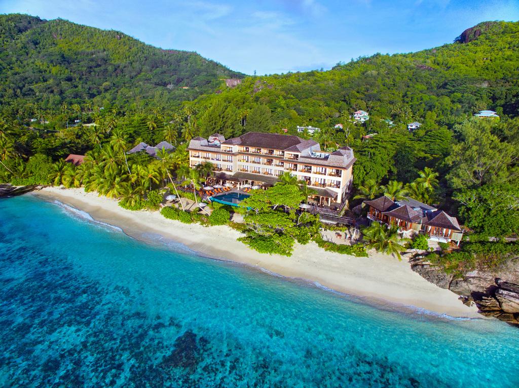 Luftaufnahme des Doubletree By Hilton Seychelles Allamanda Resort auf den Seychellen | Abendsonne Afrika