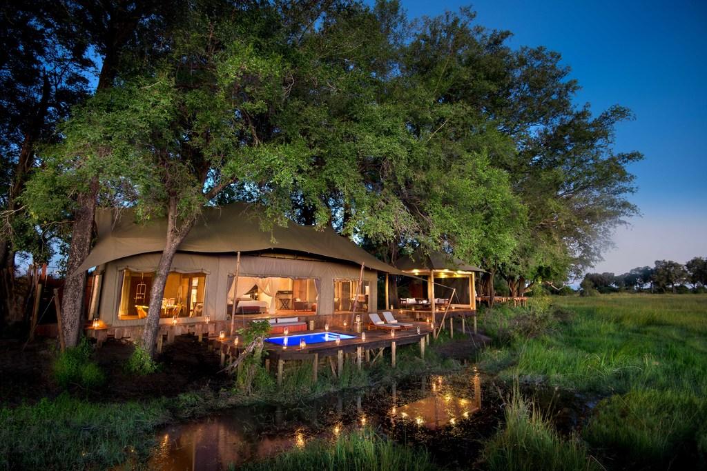 Außenansicht eines Zeltchalets des Duba Plains Camp in Botswana | Abendsonne Afrika