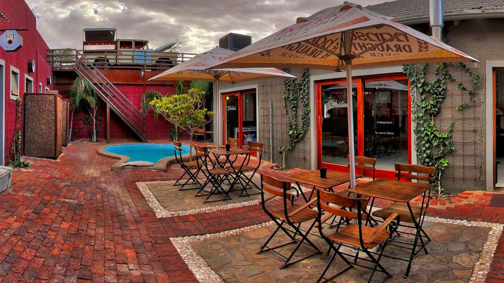 Innenhof des Windhoek Gardens Boutique Hotel in Namibia | Abendsonne Afrika