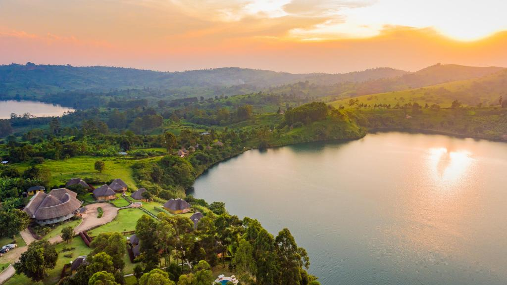 Blick auf die Crater Safari Lodge in Uganda | Abendsonne Afrika