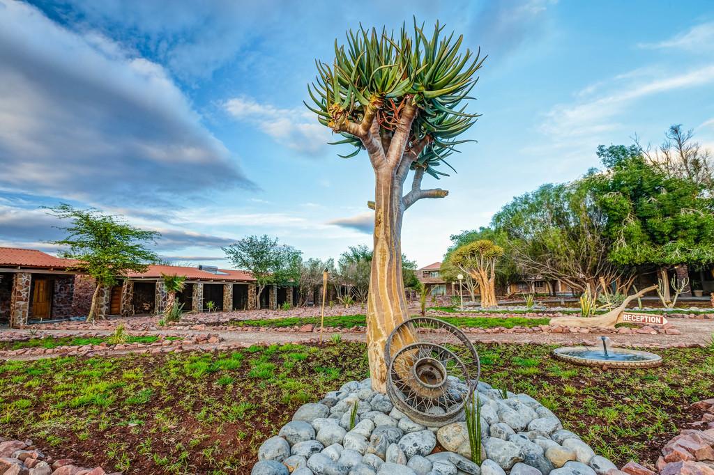 Außenbereich der Elegant Desert Lodge in Namibia | Abendsonne Afrika