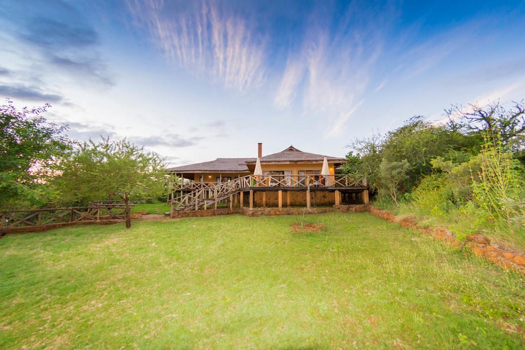 Garten der Escarpment Luxury Lodge in Tansania   Abendsonne Afrika