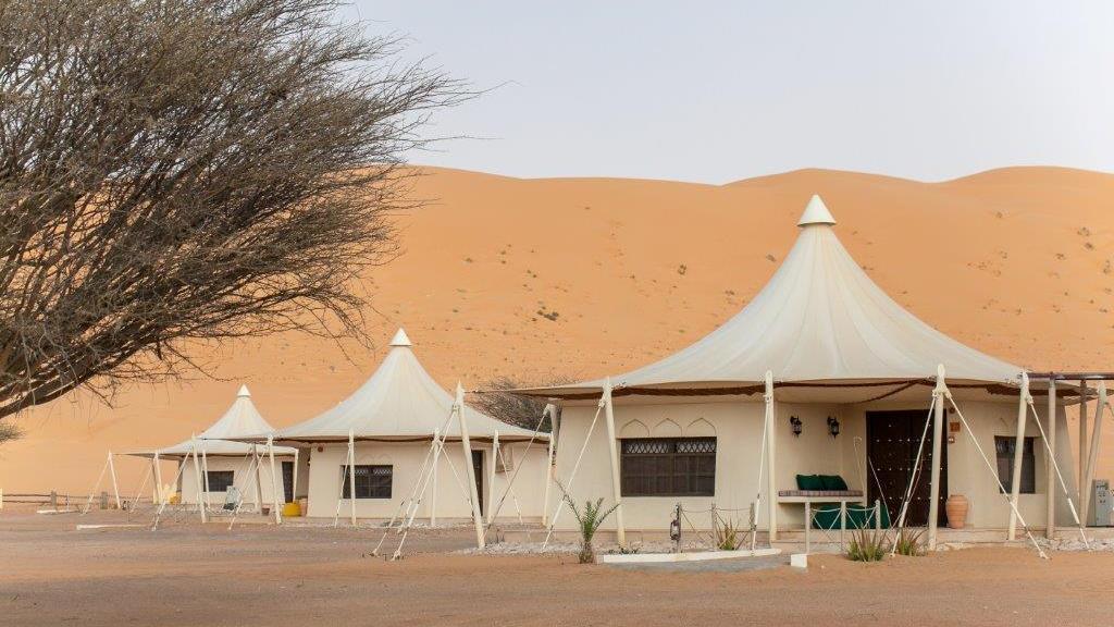 Blick auf das Desert Nights Camp im Oman   Abendsonne Afrika
