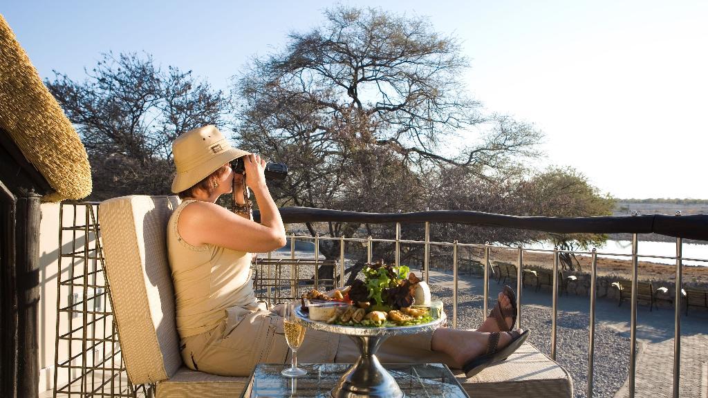 Ausblick vom Okaukuejo Camp in Namibia | Abendsonne Afrika