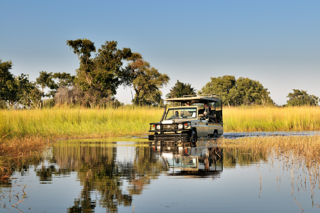 Abenteuerliche Wildbeobachtungsfahrt des Footsteps Camps in Botswana | Abendsonne Afrika