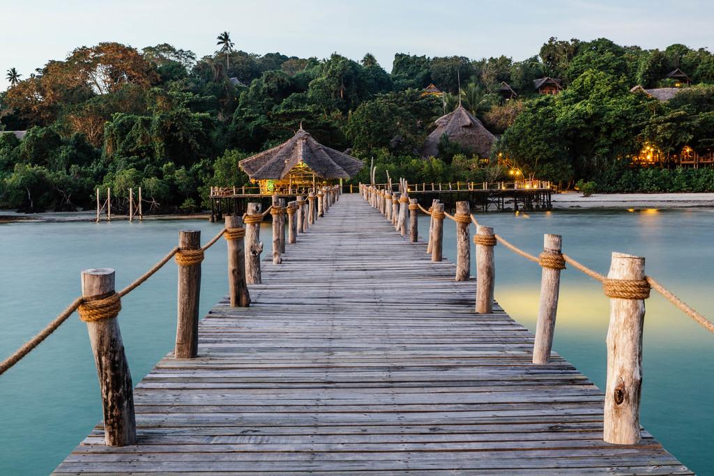 Steg des Fundu Lagoon in Tansania | Abendsonne Afrika