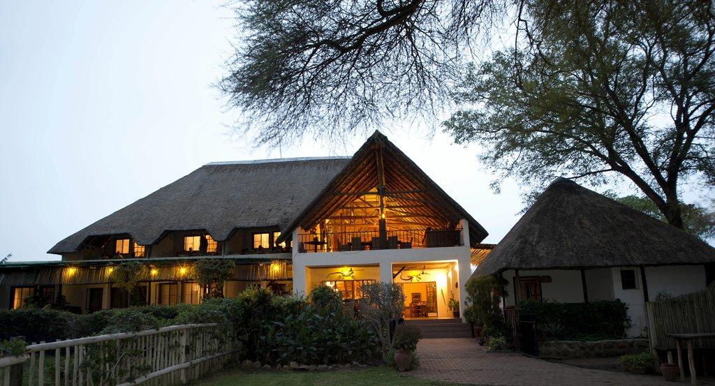 Außenansicht der Garden Lodge in Botswana | Abendsonne Afrika
