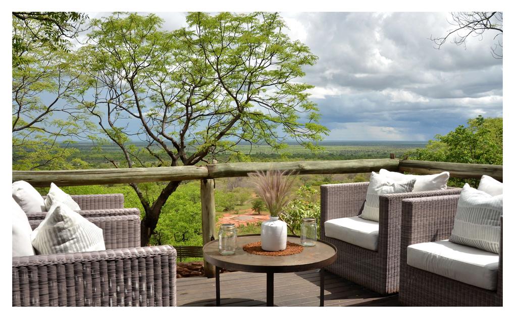 Lounge auf der Veranda der Ghoha Hills Savuti Lodge in Botswana | Abendsonne Afrika