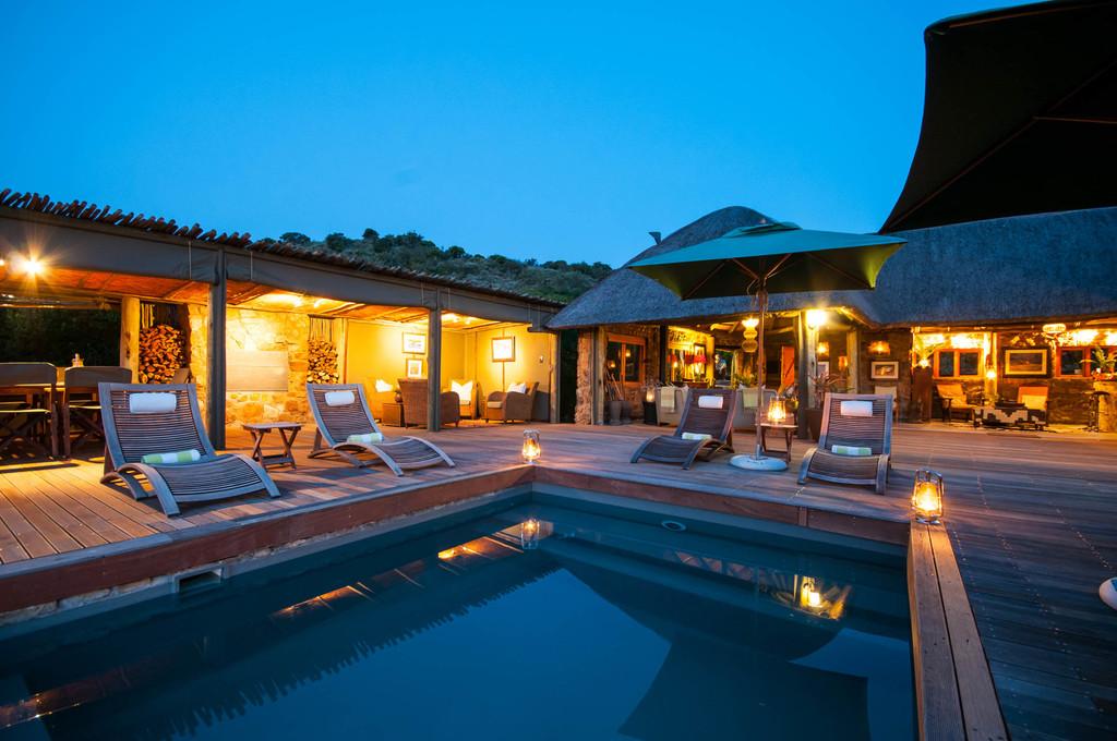 Nachtaufnahme des HillsNek Safari Camp in Südafrika | Abendsonne Afrika