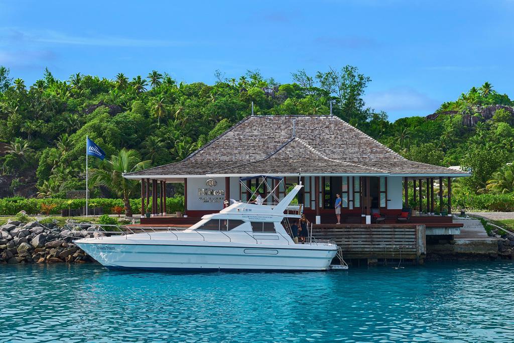 Boot des Hilton Labriz Resort auf den Seychellen   Abendsonne Afrika