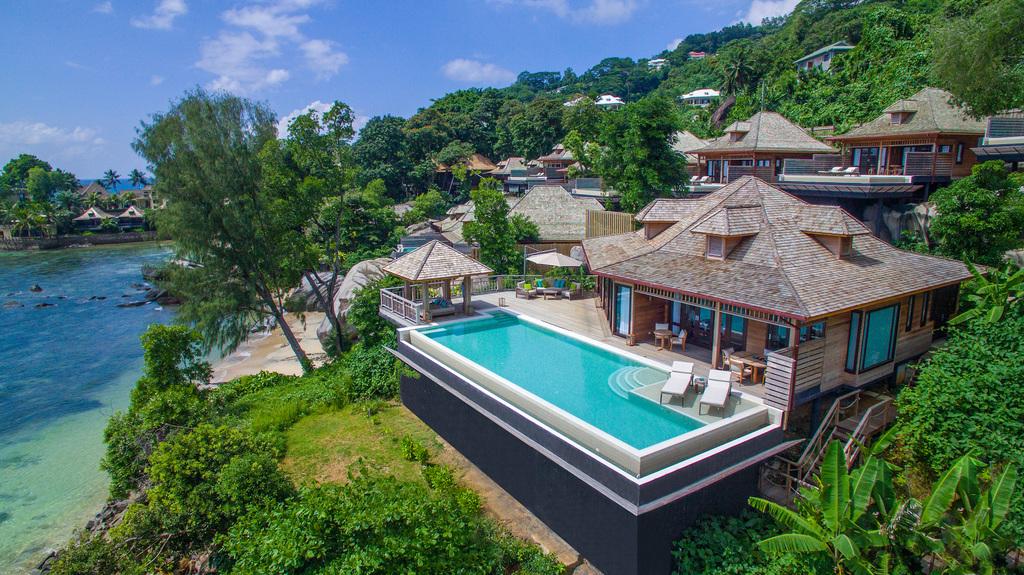 Pool einer Villa im Hilton Seychelles Northolme Resort & Spa auf den Seychellen | Abendsonne Afrika
