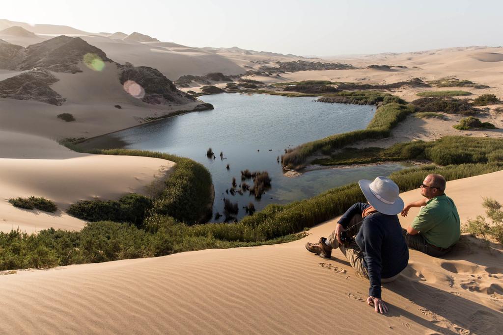 Ausblick von den Dünen am Hoanib Skeleton Coast Camp in Kaokoveld in Namibia | Abendsonne Afrika