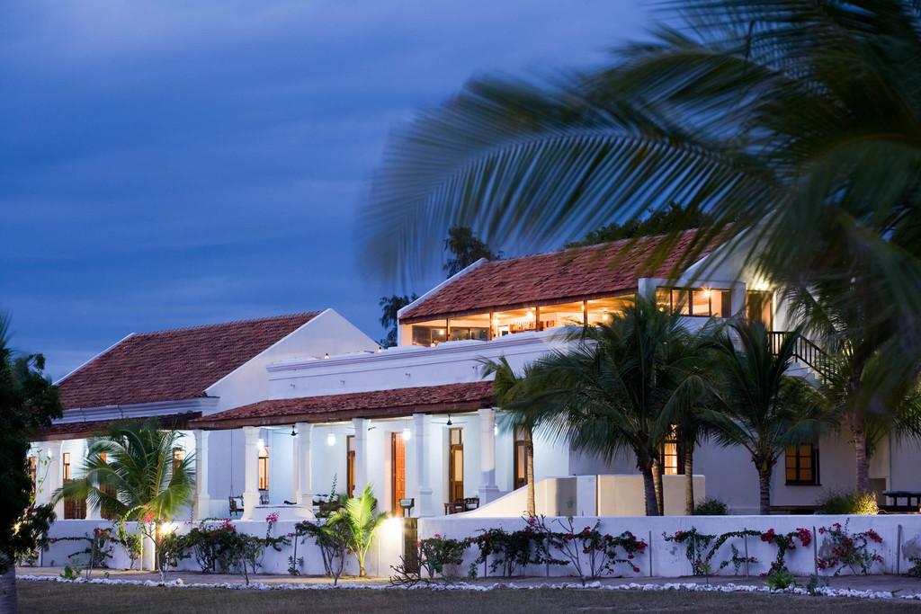 Außenansicht der Ibo Island Lodge in Mosambik | Abendsonne Afrika