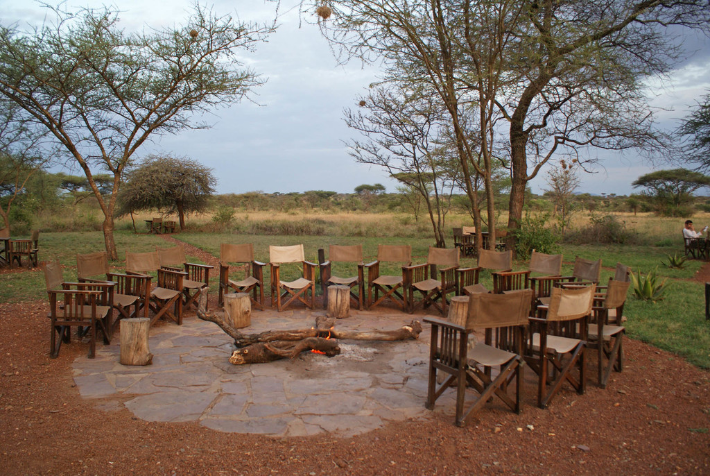 Lagerfeuer im Ikoma Tented Camp in Tansania | Abendsonne Afrika