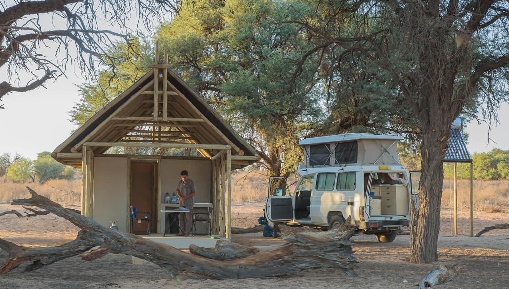 Camping in der Kalahari Game Lodge in der Kalahari in Namibia | Abendsonne Afrika