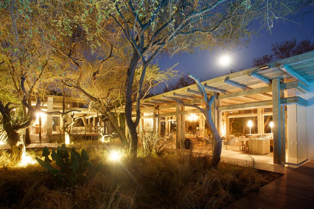 Lounge der Kapama Karula Lodge in Südafrika | Abendsonne Afrika